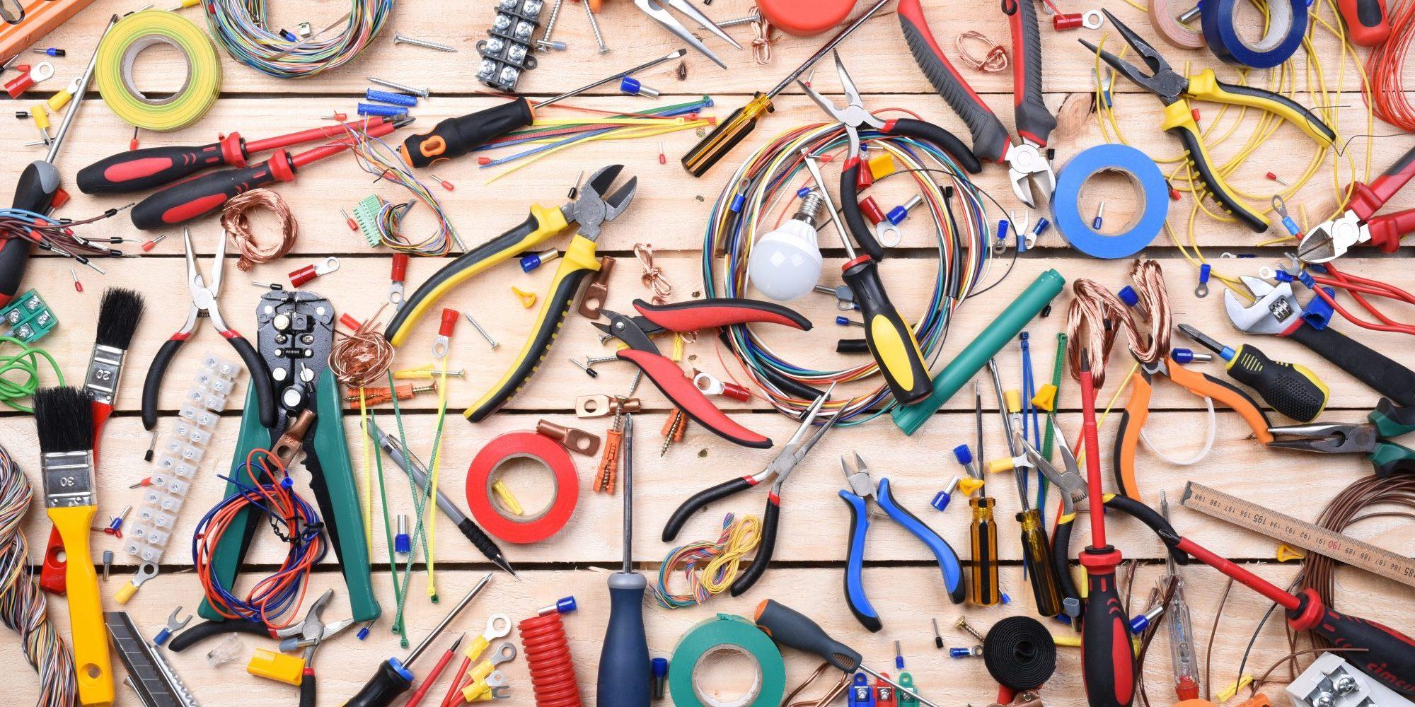 Allerlei Werkzeuge verteilt auf Holztisch