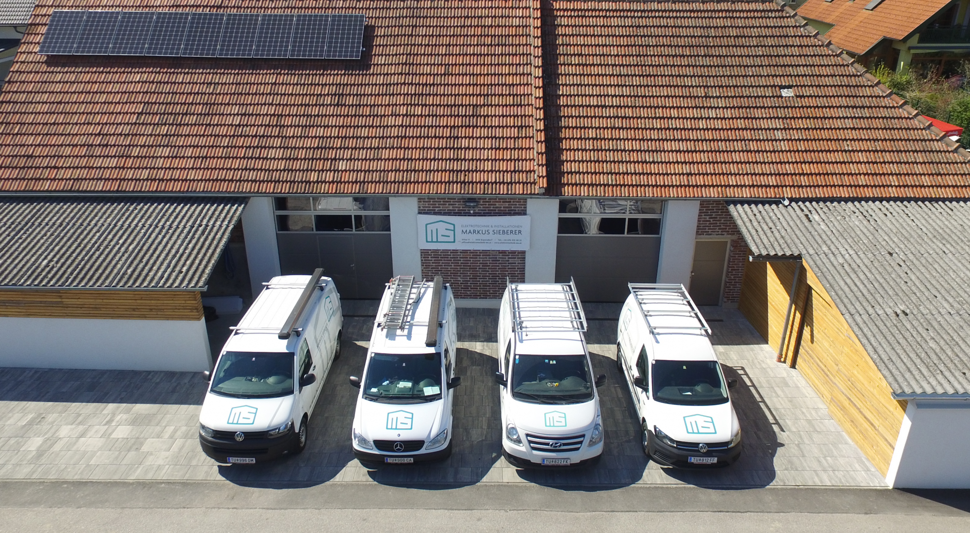Fahrzeuge in Einfahrt von Haustechnik Markus Sieberer