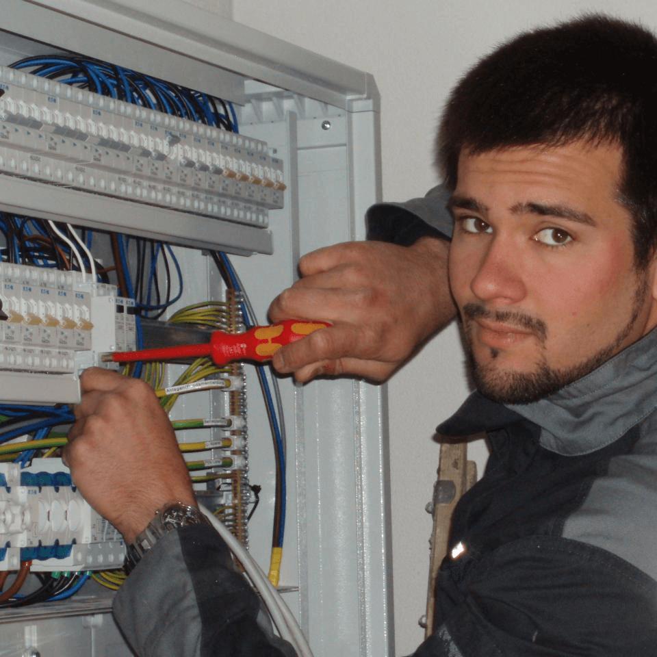 Markus Sieberer bei Installationsarbeiten